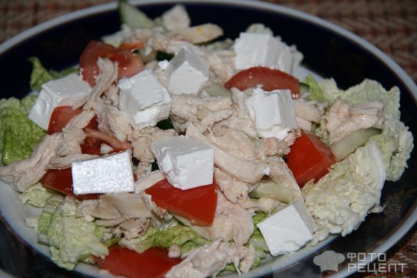 Салат с фетаксой и курицей и помидорами