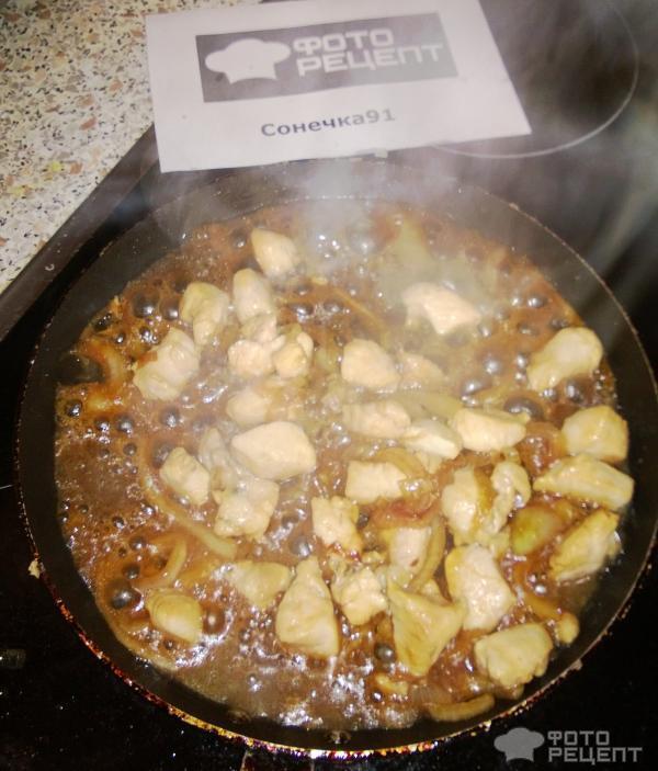 обжариваем лук и филе
