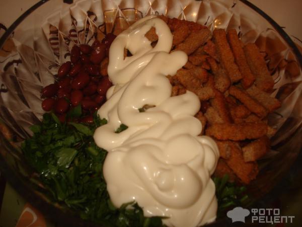 Салат из фасоли с сухариками фото