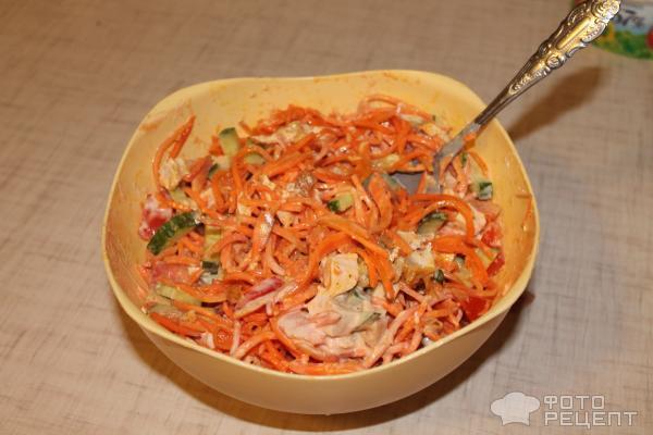 добавьте морковь, майонез и кетчуп, перемешайте