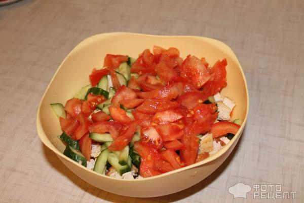 нарежьте огурцы и помидоры