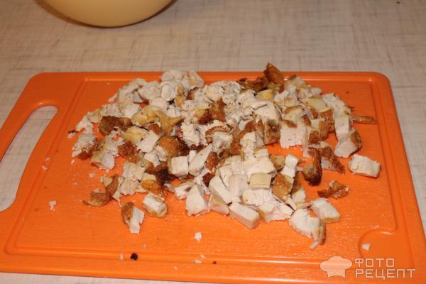 Нарежьте курицу кубиками
