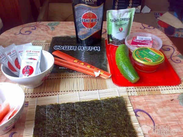 Праздничные суши с красной икрой фото