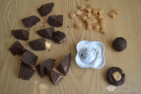 Шоколадное печенье с карамелью фото
