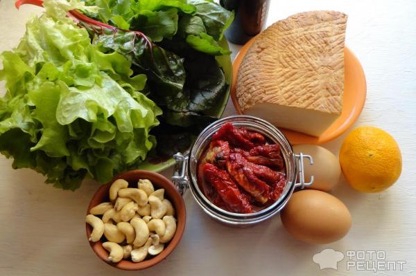 Салат с вялеными помидорами и копченым сыром фото