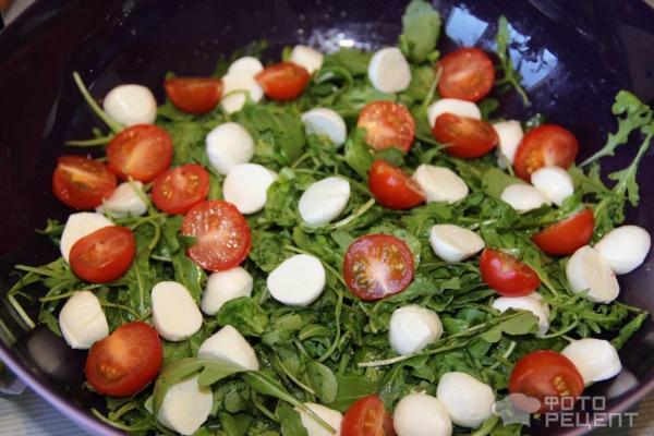 салат с руколой и авокадо и креветками