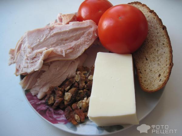 Салат копченая курица сухарики помидор