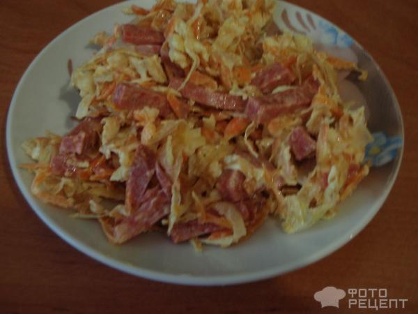 Рецепт салата обжорка с копченой колбасой и фасолью