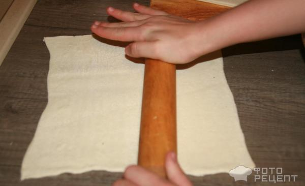 плетенка из слоеного теста с сосисками и сыром