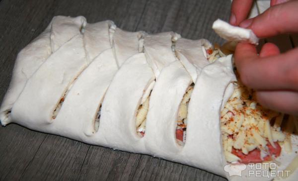 плетенка из слоеного теста с сосиской и сыром