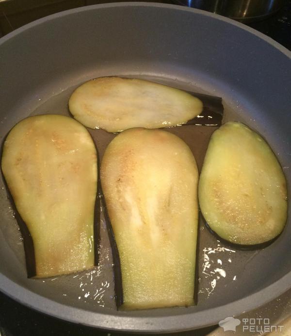 Теплый салат из баклажан и куриного филе фото
