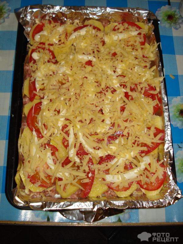 Картофельная запеканка с фаршем помидорами и сыром фото