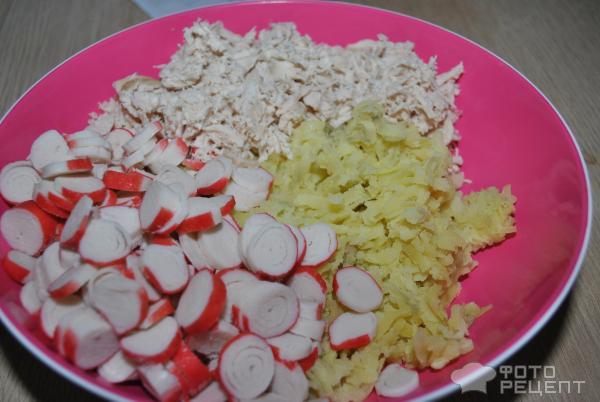 Куриный салат с крабовыми палочками и кукурузой