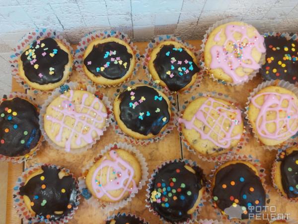 Кексы с изюмом в бумажных формочках
