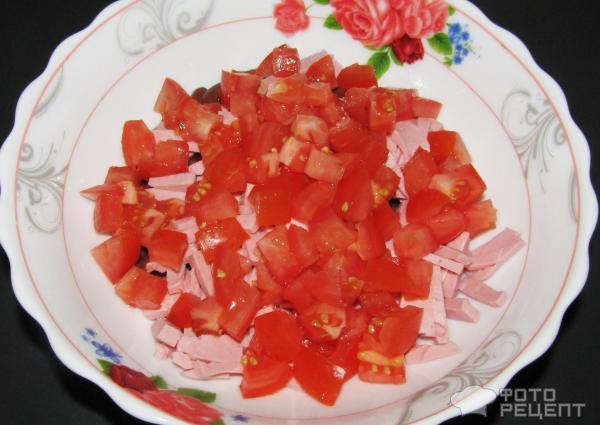 Салат с колбасой и помидорами кукурузой