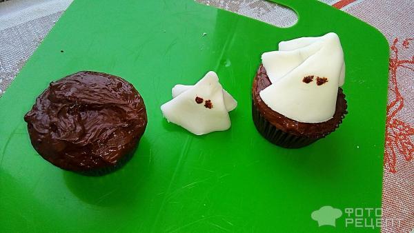 Шоколадно-кофейные кексы с украшениями из мастики фото