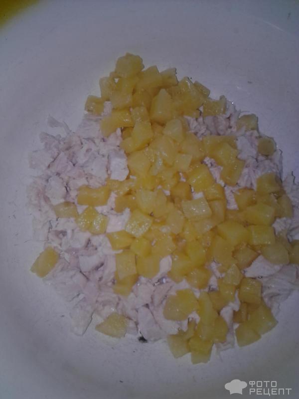 Рецепт: Салат из курицы и ананасов - с сыром и кукурузой