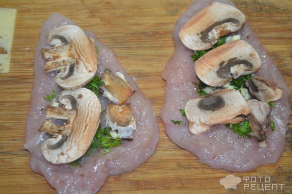 Рулетики из куриной грудки с грибами фото