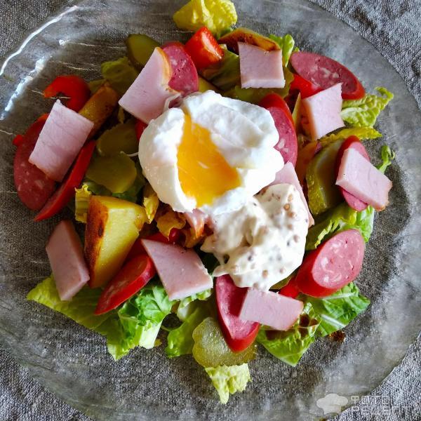Теплый салат с копченостями фото