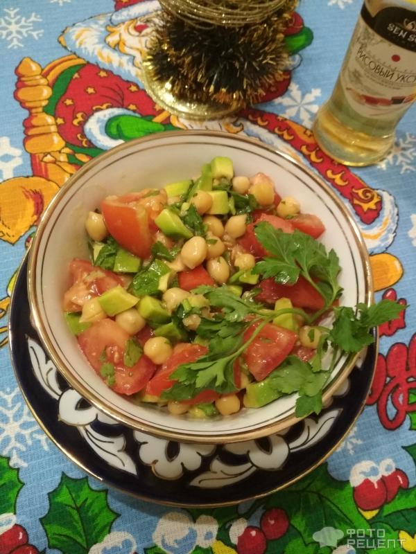 Салат с нутом и помидорами фото