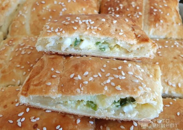 Слоёные пирожки с зелёным луком вареным яйцом и картошкой