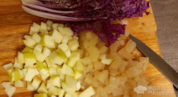 Салат с копчёной грудкой и ананасами