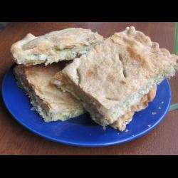 Рецепт: Пирог из слоеного теста с двумя видами сыра
