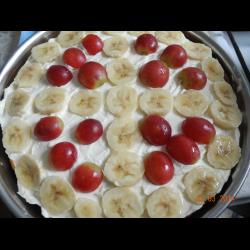 Рецепт: Творожный торт с бананом и виноградом