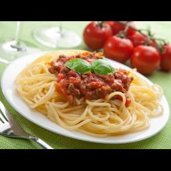 Рецепт: Спагетти под томатным соусом с морковью и тушенкой