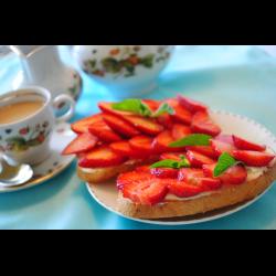 Рецепт: Тосты с клубникой, творогом и медом