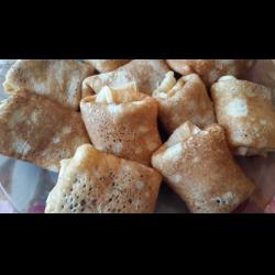 Рецепт: Блинчики на йогурте и кефире с начинкой из свежего яблока