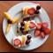 Фото Десерт творожно-вафельный с фруктами