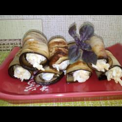 Рецепт: Рулетики из баклажана с сырно-яичной начинкой с чесноком