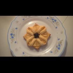 """Рецепт: """"Ромашки"""" из слоеного теста с ананасом"""