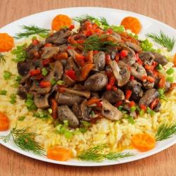 Рецепт: Куриные сердечки с рисом в сковороде
