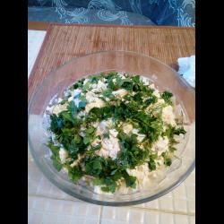 Рецепт: Салат с куриной грудкой, креветками, сыром и ананасом