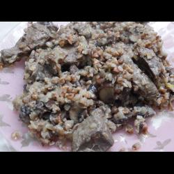 Рецепт: Говяжья печень с шампиньонами и гречкой